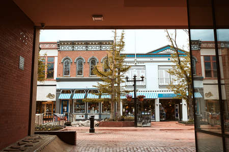 Boulder, Colorado - May 27th, 2020:  Small businesses seen through a corridor at Pearl Street Mall in Boulder County 新闻类图片