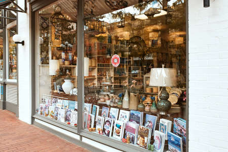 Boulder, Colorado - May 27th, 2020: Shopping window display of Small Business at Pearl Street Mall, a pedestrian mall in Boulder County 新闻类图片