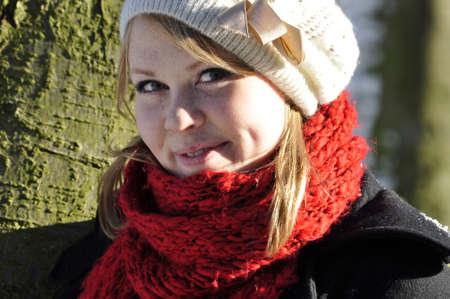 rubia ojos azules: sol iluminó niña en el invierno