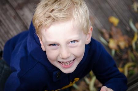 hoody: Молодой улыбается блондинка мальчик в голубой толстовка глядя