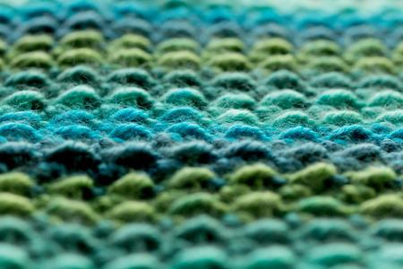 青と緑のかぎ針編み糸の行
