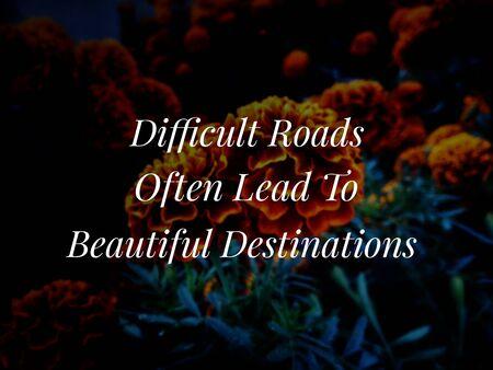 Citation inspirante et motivante avec image de fond de fleurs floues