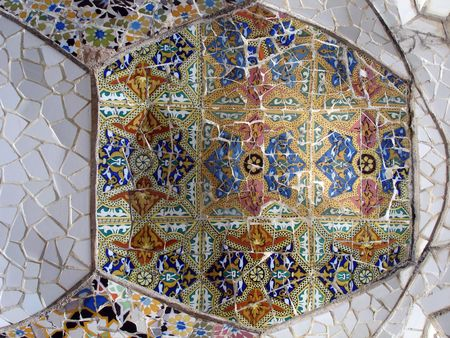 mosaic tile: Mosaico di piastrelle di pezzi nel parco Guell a Barcellona