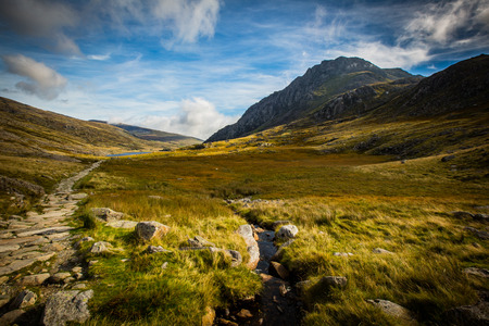 mountain path leading to lake at Cwm Idwal, Devils Kitchen, Llyn Idwal, Ogwen Valley, Snowdon, wales 版權商用圖片
