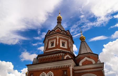 cruz roja: Details of the Russian Orthodox Church in Yaroslavl. Chapel of Alexander Nevsky. Foto de archivo