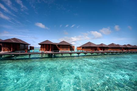 blue lagoon: ville di lusso acqua nella Laguna Blu presso il resort maldiviano.