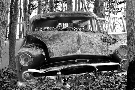 abandoned car: Un coche abandonado en blanco y negro