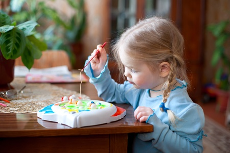 La petite fille heureuse joue
