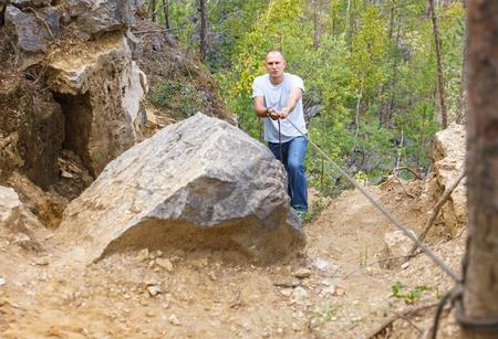 rockclimb: man overcomes dangerous Wake up holding a rope