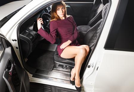 pies sexis: Mujer atractiva que se sienta en un coche