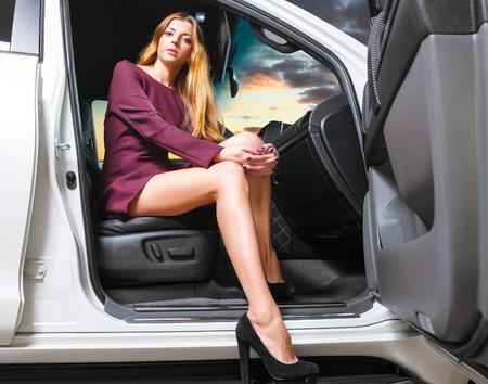 Sexy Frau in einem Auto sitzt. Fokus auf Füßen Standard-Bild