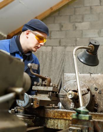 turner: Turner is working on the machine.metal processing.