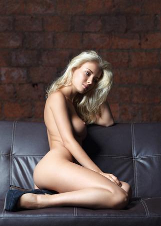 mujer rubia desnuda: retrato de una bella mujer posando desnuda Foto de archivo
