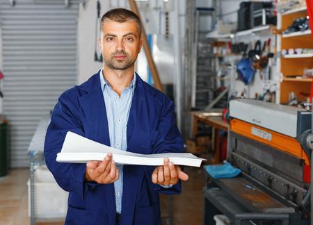 professione, lavoro, persone, poligrafo-operaio in abiti speciali con carta