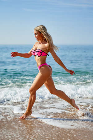 portrait of a sports girl on the beach by the sea Standard-Bild
