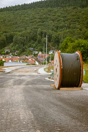 Cable drum for power cable during road construction in a new development area in Germany Standard-Bild