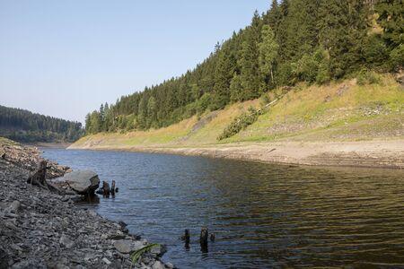ein Fluss im Harz schlängelt sich im Sommer durch ein idyllisches Tal