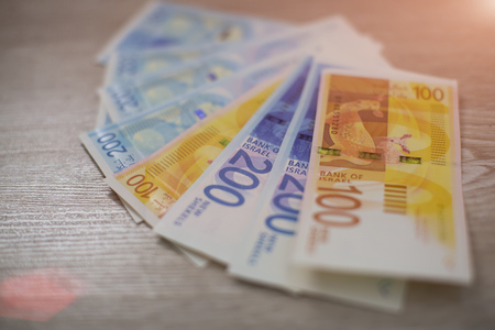 Pile de billets de banque israéliens de 100 et 200 shekels.