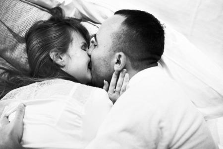 Black and white photo of young caucasian couple Foto de archivo - 110958199