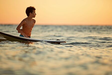 Surf long board training practitioner in action Stockfoto