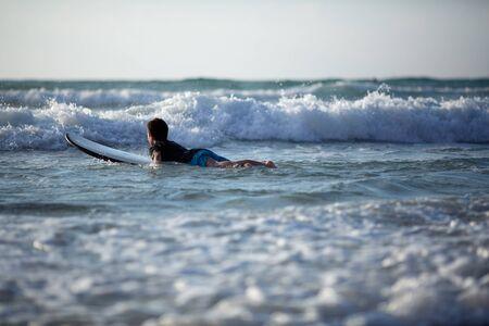 A ten-year-old boy surfs at Israel Beach in Tel-Aviv Stockfoto