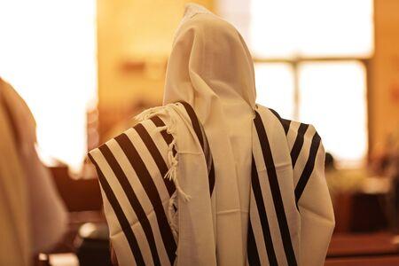 Ortodoksyjny ultraortodoksyjny Żyd z tałesu w synagodze Jom Kippur, Sukkot Zdjęcie Seryjne
