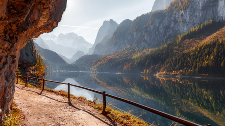 Sunny morning, at Vorderer Gosausee lake. picturesque autumn scenery. Lake under Warm sun. view of Austrian Alps, Austria, Europe. Beauty in the world. concept of travel.Retro Style. 版權商用圖片 - 122762123