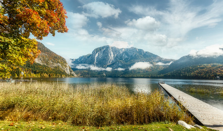 Amazing Alpine valley in Austrian Alps at Sunny day. Incredible Autumn Landscape with famous Lake Altausseer See, and Trisselwand peak on background. Altaussee, Salzkammergut, Styria, Austria. Europe Foto de archivo
