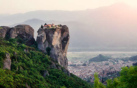 Wonderful Panoramic view Meteora monasteries, the Holy Monastery of Roussanou at foreground, Greece Sunny Morning with blue sky at sunny day. Awesome Nature Landscape. Amazing Popular travel location Standard-Bild