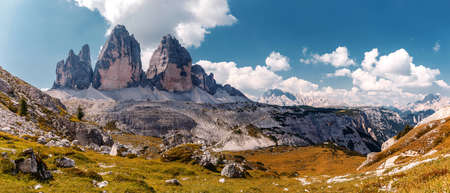 Wonderful Panorama View of dolomites Alps. World famous peaks of Tre Cime di Lavaredo National park. Awesome Alpine highlands in sunny day. Amazing Nature landscape. Best beautiful place in the World Standard-Bild