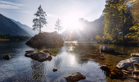 Wonderful Lake Hintersee in the Alps of Bavaria on a summer morning. Awesome alpine highlands in sunny day. Amzaing Nutere Scenery. Scenic image of fairy-tale woodland in sunlit. Picture of wild area Standard-Bild