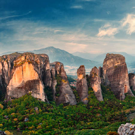 Wonderful  view of the rocks and monasteries of Meteora, Greece. Mysterious Sunny Morning with blue sky at sunny day. Awesome Nature Landscape. Amazing Greece. Popular travel locations Standard-Bild