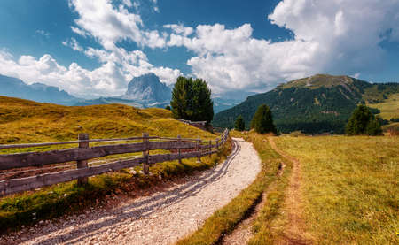 Incredible landscape in Val Gardena with passway on a sunny day. Scenic image of famous Sassolungo peak. Amazing nature background. Dolomiti, Trentino Alto Adige, province , Italy, Europe Stockfoto