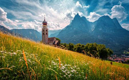 Summer mountain scenery in Dolomites. Wonderful sunny landscape. San Valentino Church in Castelrotto. Kastelruth village. Dolomite Alps. Italy. 版權商用圖片