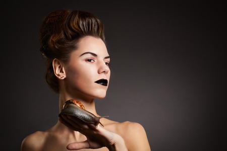 black eyes: Donna con lumaca con gli occhi neri e le labbra immagine Halloween Gothic in