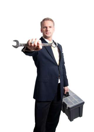 un joven empresario sosteniendo una llave y llevando una caja de herramientas