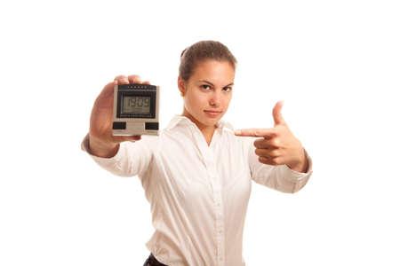 llegar tarde: una joven empresaria buscando enojado mientras apuntando en un reloj