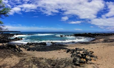 溶岩石やサンゴのビーチに波のクラッシュを噴霧して潮プール マルアカ ビーチ、マウイ島キヘイで空と雲と 写真素材