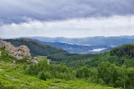 Guardsman Pass Blick auf die Panoramalandschaft des Passes, Midway und Heber Valley entlang der Rocky Mountains Wasatch Front, Sommerwälder, Wolken und Regensturm. Utah, Vereinigte Staaten. Standard-Bild