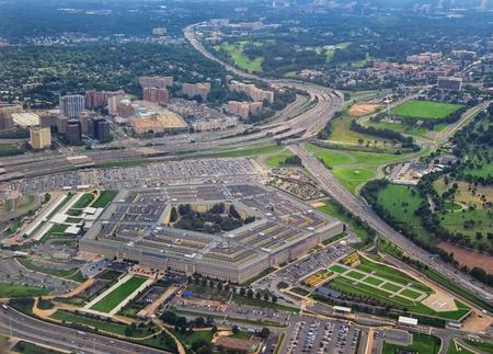 Vista aérea del Pentágono de los Estados Unidos, la sede del Departamento de Defensa en Arlington, Virginia, cerca de Washington DC, con la autopista I-395 y el Memorial de la Fuerza Aérea y el Cementerio de Arlington cerca.