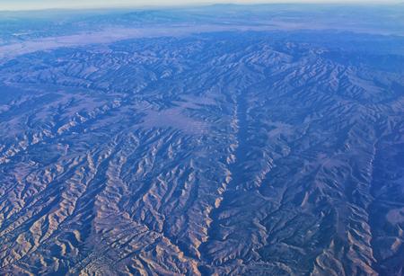 Vista aérea de paisajes topográficos de las Montañas Rocosas en vuelo sobre Colorado y Utah durante el otoño. Magníficas vistas panorámicas de los ríos, las montañas y los patrones del paisaje. Vista superior, Rockies y Wasatch Front, Estados Unidos.