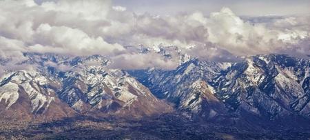 Luftaufnahme vom Flugzeug der Wasatch Front Rocky Mountain Range mit schneebedeckten Gipfeln im Winter, einschließlich der städtischen Städte Provo, Farmington Bountiful, Orem und Salt Lake City. Utah. Vereinigte Staaten. Standard-Bild