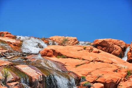 Widoki na wodospady w Gunlock State Park Reservoir Falls, w Gunlock w stanie Utah przy St George. Wiosna spływa po pustynnym piaskowcu erozji. Stany Zjednoczone. Zdjęcie Seryjne