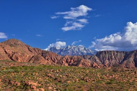 Ansichten von Red Mountain Wilderness und Snow Canyon State Park vom Millcreek Trail und Washington Hollow von St. George, Utah im Frühjahr blühen in der Wüste. Vereinigte Staaten.