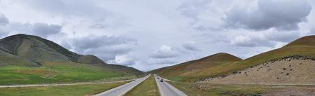 Landschap stormachtig panorama uitzicht vanaf de grens van Utah en Idaho vanaf de Interstate 84, I-84, uitzicht op de landelijke landbouw met schapen en koeien graasland in de Rocky Mountains. Verenigde Staten. Stockfoto