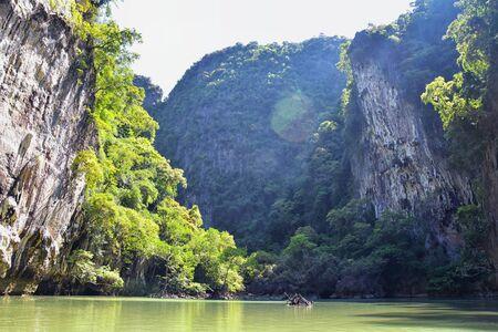 Island, Ocean views near Phuket Thailand with Blues, Turquoise and Greens oceans, mountains, boats, caves, trees resort island of phuket Thailand. Including Phi Phi, Ko Rang Yai, Ko Li Pe and other islands. Asia. Foto de archivo