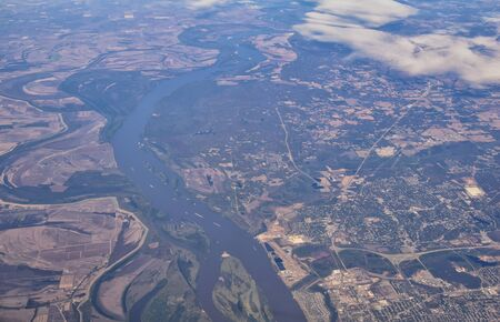 Mississippi River aerial landscape views from airplane over the border of Arkansas and Mississippi. Winding river and Rural town and cities, United States of America. USA. 免版税图像