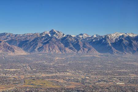 Wasatch Front Rocky Mountain Range Widok z lotu ptaka z samolotu jesienią, w tym miast miejskich i Wielkiego Jeziora Słonego wokół Salt Lake City, Utah, Stany Zjednoczone Ameryki. USA.