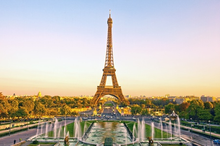 tour eiffel: View of Eiffel Tower at sunset in Paris, France