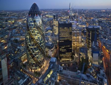 городской пейзаж: Лондонский Сити освещается ночью Фото со стока